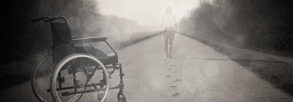Frau, die im Nebel von einem Rollsuhl wegläuft